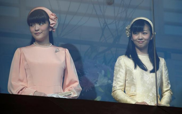 Japan's Princess Mako (L) and Princess Kako, daughters of Prince Akishino and his wife Princess Kiko appear before well-wishers as they celebrate Emperor Akihito's 83rd birthday at the Imperial Palace in Tokyo, Japan, Dec 23, 2016. Reuters