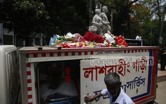 The body of painter and sculptor Syed Abdullah Khalid is taken by ambulance to Aparajeyo Bangla, his most famous work, after a programme at the Institute of Fine Arts on Sunday. Photo: tanvir ahammed