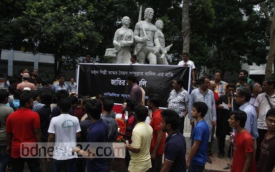 People pay their last respects to painter and sculptor Syed Abdullah Khalid at the foot of his most famous work, Aparajeyo Bangla, on Sunday. Photo: tanvir ahammed