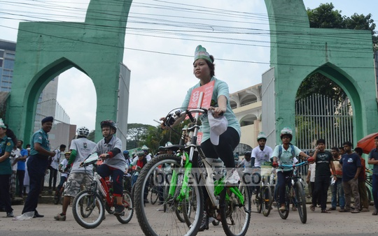 Chittagong Metropolitan Police organised a bicycle procession on Wednesday to raise traffic awareness as police in port city observe 'Traffic Week'. Photo: suman babu