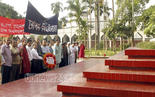Dhaka University students and teachers pay their respects at the grave of National Poet Kazi Nazrul Islam on his birth anniversary on Thursday. Photo: abdul mannan