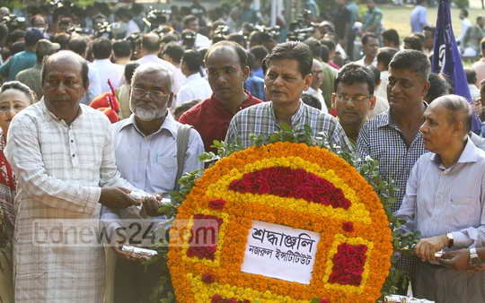 The Nazrul Institute pays its respects at the grave of National Poet Kazi Nazrul Islam on his birth anniversary on Thursday. Photo: abdul mannan