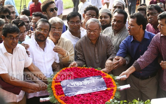 BNP leaders pay their respects at the grave of National Poet Kazi Nazrul Islam on his birth anniversary on Thursday. Photo: abdul mannan