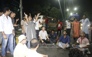 Protesters raised slogans blocking the street in front of the Supreme Court against the removal of the Lady Justice statue from the court premises in the wee hours of Friday. Photo: tanvir ahammed