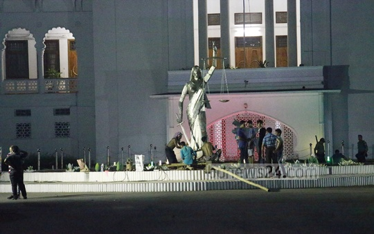 Workers removing the Lady Justice statue from the Supreme Court premises in the wee hours of Friday. Photo: tanvir ahammed