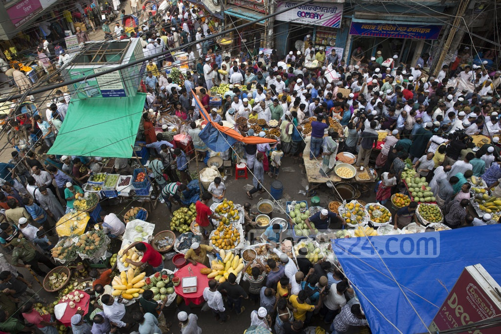 Old Dhaka's Chawkbazar was abuzz with fasting Muslims buying traditional Iftar items on the first day of Ramadan on Sunday. Photo: mostafigur rahman