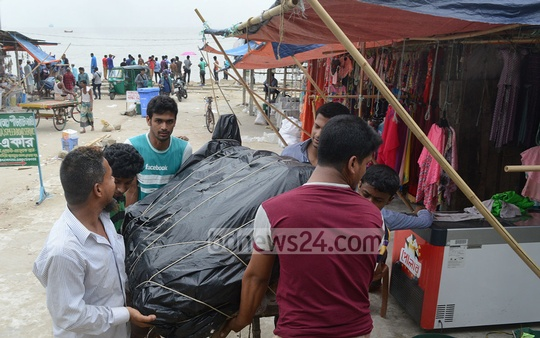 Small shops move away from Chittagong's Patenga beach as Cyclone Mora nears the coast on Monday. Photo: suman babu
