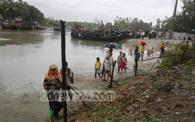 Hundreds of thousands evacuated as cyclone Mora slams into Bangladesh