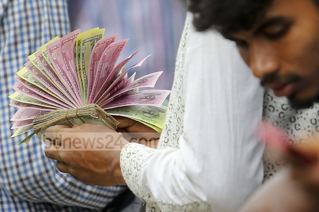Traders arrange the notes in various displays to attract the attention of potential customers. Photo: asaduzzaman pramanik