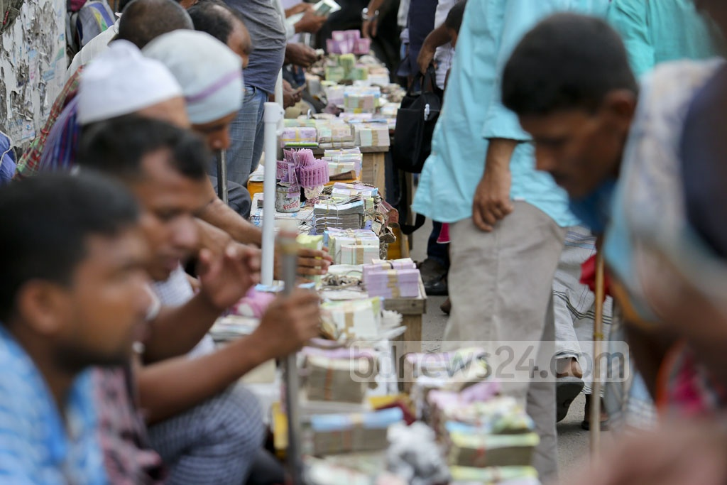 Buyers crowd Dhaka's Gulistan looking for fresh notes for their Eid gifts. Photo: asaduzzaman pramanik