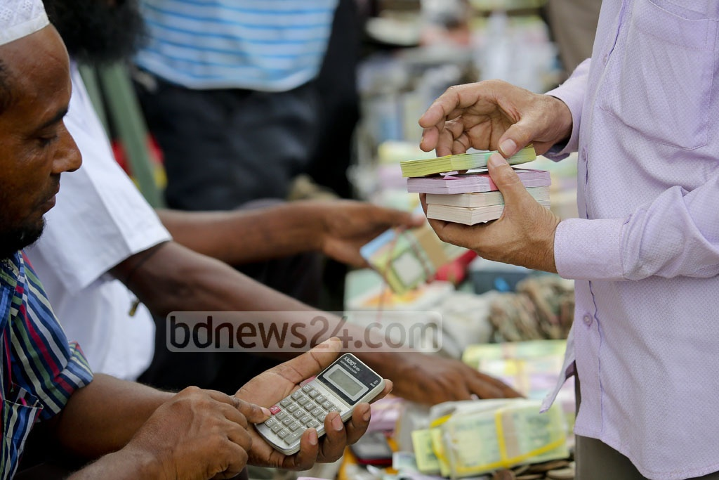 Buyers purchase new bank notes for Eid in Dhaka's Gulistan. Photo: asaduzzaman pramanik