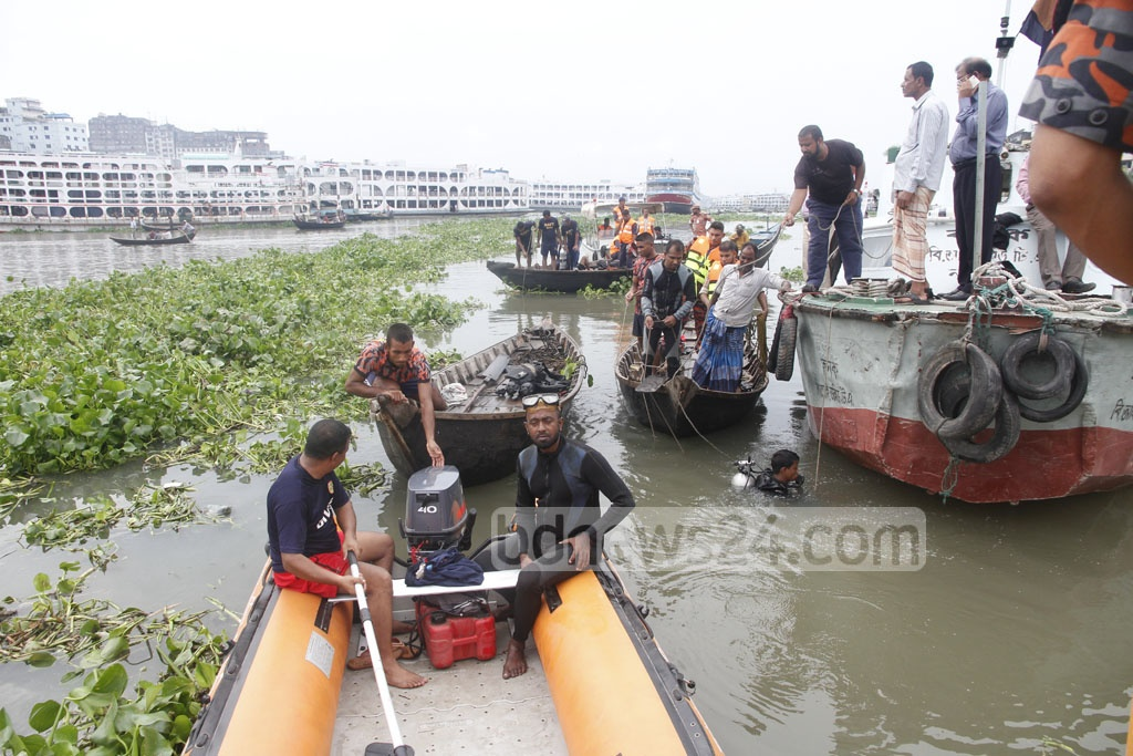 Fire Service divers trying to locate the trawler that capsized in the Buriganga River at Dhaka's Keraniganj on Tuesday. Photo: tanvir ahammed