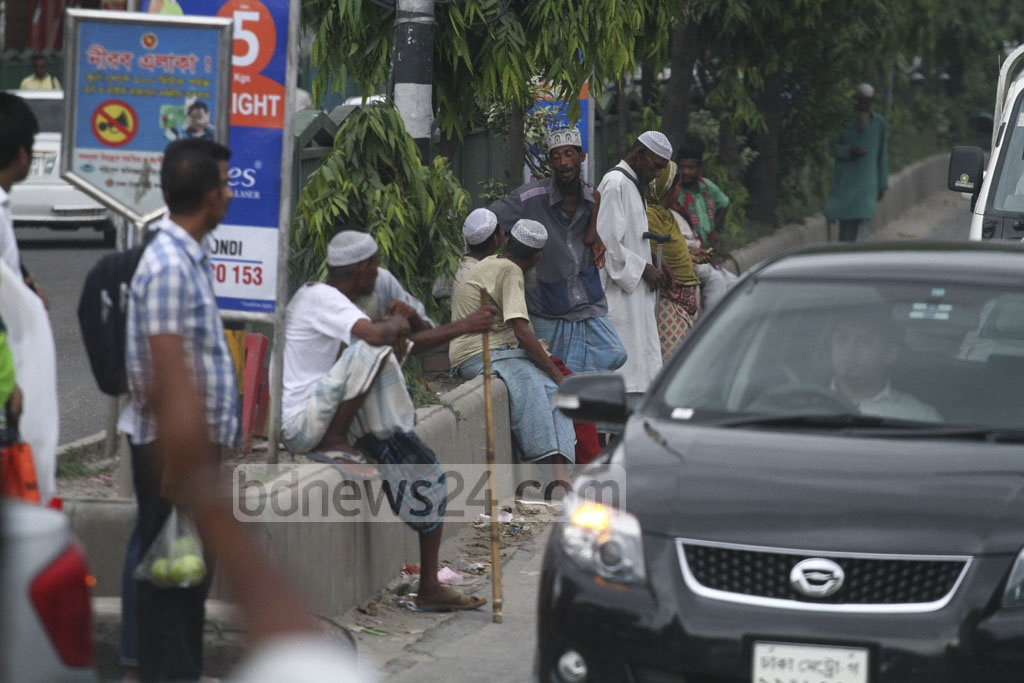 A group of beggars at Dhaka's Manik Mia Avenue on Wednesday waiting for the vehicles stop at signals. Photo: abdul mannan