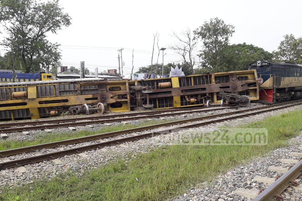 Six compartments of a freight train headed from Chittagong to Dhaka jumped tracks at Pubail's College Gate early on Wednesday.