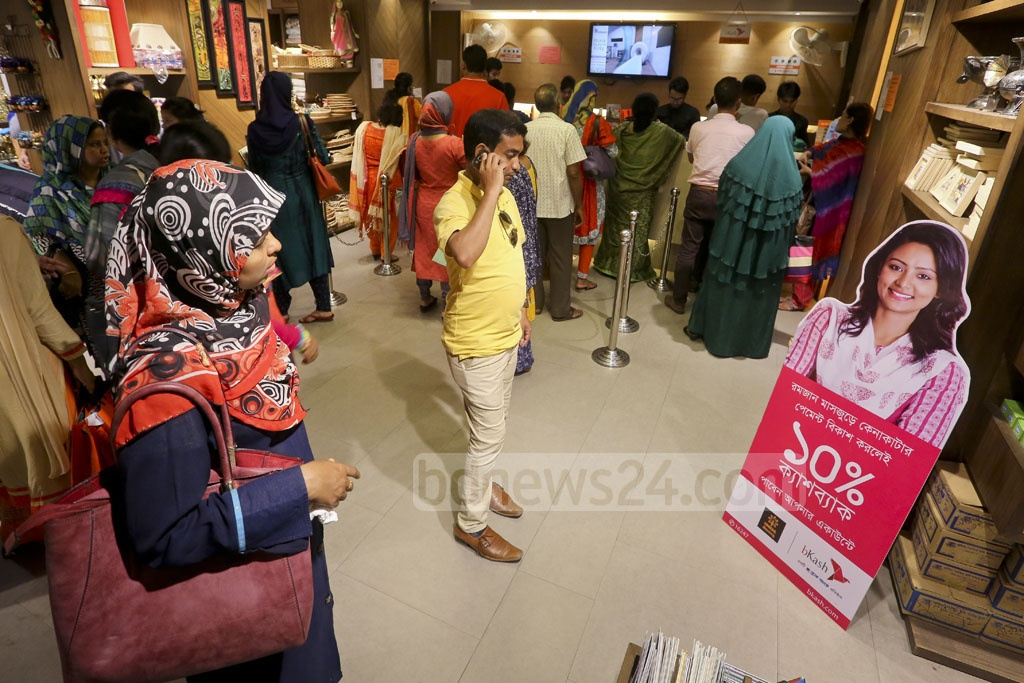 People crowd shopping centres in Dhaka ahead of Eid. Photo: asaduzzaman pramanik
