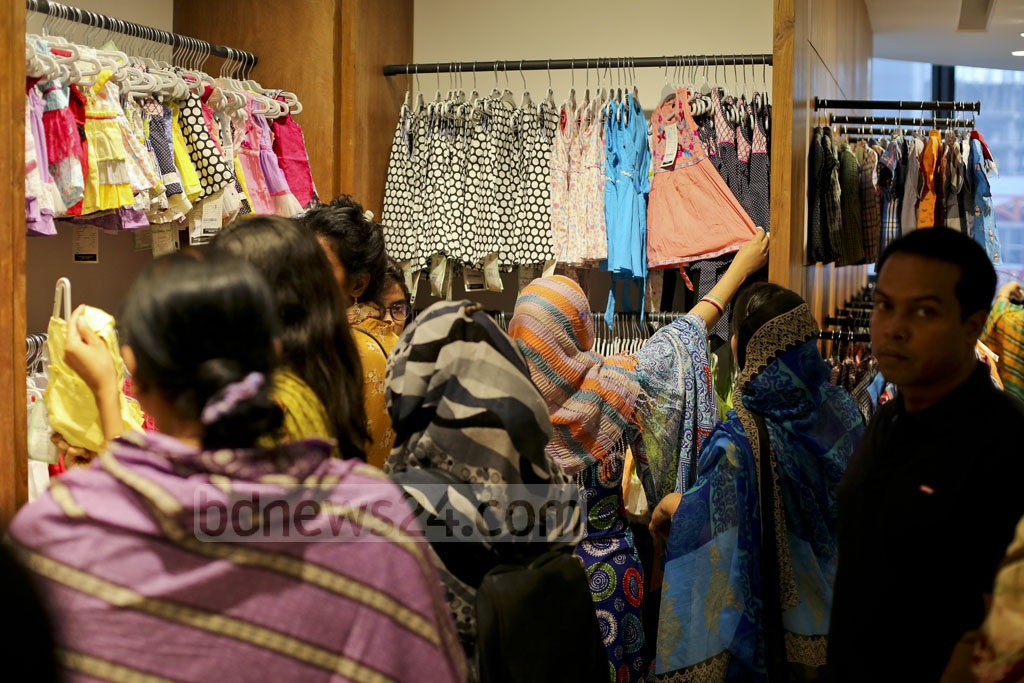 Customers scramble to shop at an Aarong outlet in Dhaka's Bashundhara City shopping centre. Photo: asaduzzaman pramanik