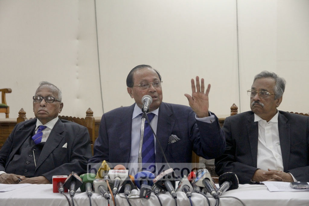 BNP leader Moudud Ahmed speaks at a press conference at the Supreme Court Lawyers' Association auditorium in Dhaka on Thursday to protest his eviction from his Gulshan home.