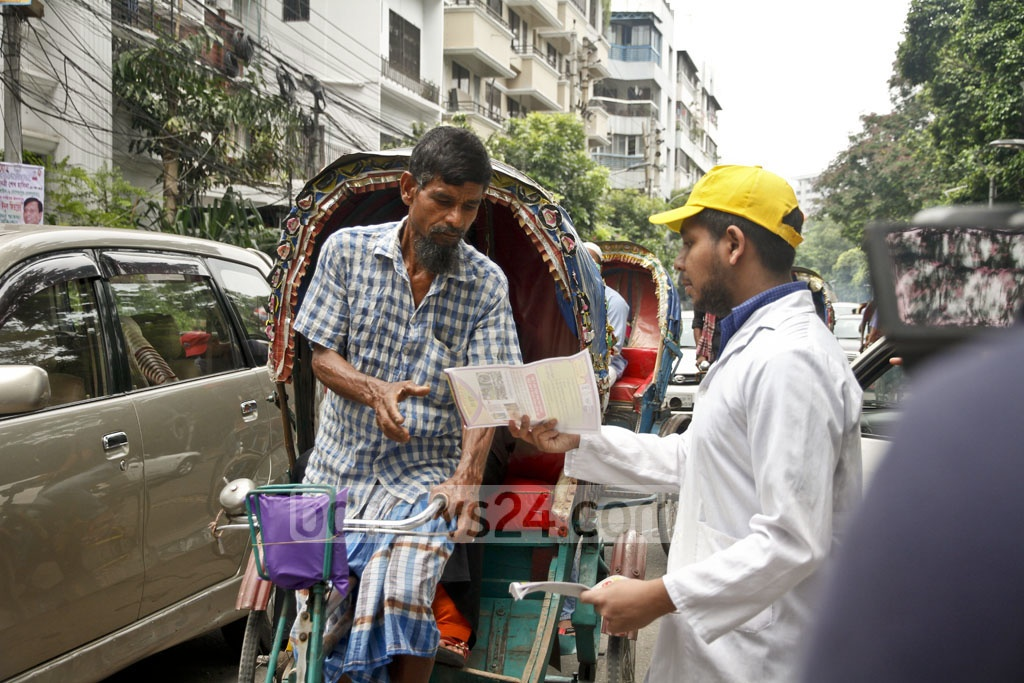 Pamphlets to raise awareness on how to combat Chikungunya were distributed at Dhaka's Dhanmondi on Saturday. Photo: tanvir ahammed