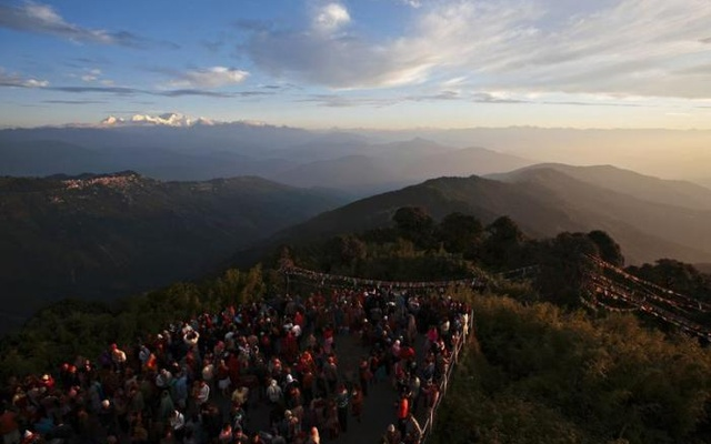 Visitors watch the sunrise from Tiger Hill near Darjeeling (C) in the Indian state of West Bengal, in this October 2, 2009 file photo. Reuters