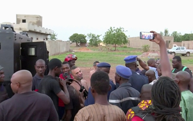 Police with four people rescued from the Le Campement Kangaba resort following an attack where gunmen stormed the resort in Dougourakoro, to the east of the capital Bamako, Mali in this still frame taken from video Jun 18, 2017. Reuters