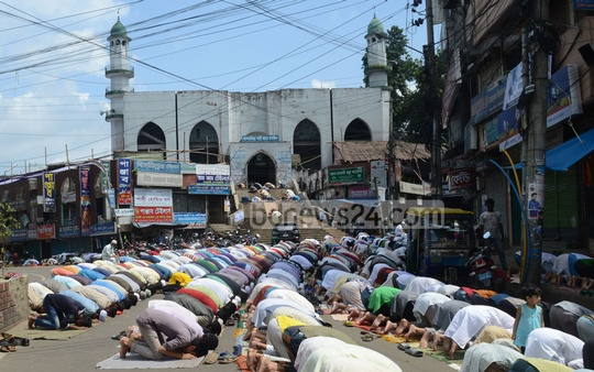 Muslims at Juma'atul Wida, or last Friday of Ramadan, at Shahi Jame Mosque in Chittagong's Andarkilla. Photo: suman babu