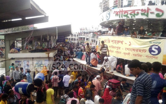 Passengers rush to Dhaka's Sadarghat river port on Saturday, hoping to catch launches home for Eid. Photo: asif mahmud ove