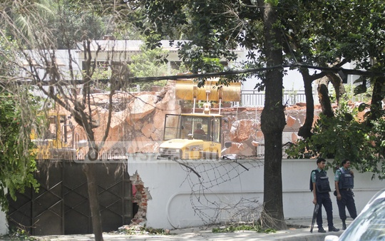 RAJUK uses four bulldozers and other construction machinery to take down a house once grabbed by BNP leader Moudud Ahmed on Gulshan Avenue. Photo: asif mahmud ove
