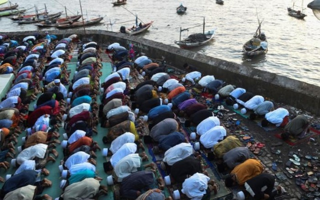 Muslims perform prayers for Eid Al-Fitr at Al-Mabrur mosque in Surabaya, East Java, Indonesia Jun 25, 2017 in this photo taken by Antara Foto. Reuters