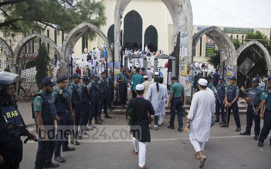 Heavy security was in place for Eid at the Baitul Mukarram National Mosque on Monday. Photo: mostafigur rahman
