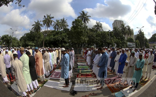 Worshippers pray on the street leading to the National Eidgah after failing enter Dhaka's main Eid-ul-Fitr congregation in time on Monday. Photo: mostafigur rahman