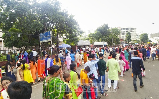 Long queues in front of the National Museum on Tuesday after the Eid. Photo: abdul mannan