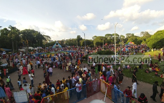A long queue in front of a ride at Shishu Park on Tuesday, a day after the Eid-ul-Fitr. Photo: abdul mannan