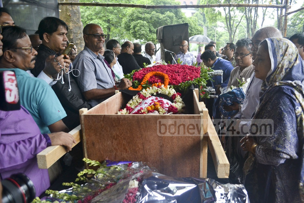 Fans and followers pay their last respects to eminent musicologist Karunamaya Goswami after his mortal remains were kept at the Central Shaheed Minar premises in Dhaka on Monday. Photo: asif mahmud ove