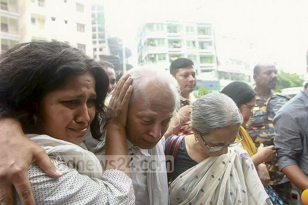 Farhad Mazhar at Adabor Police Station with his wife and family members after he was 'rescued' from a bus in Jessore.