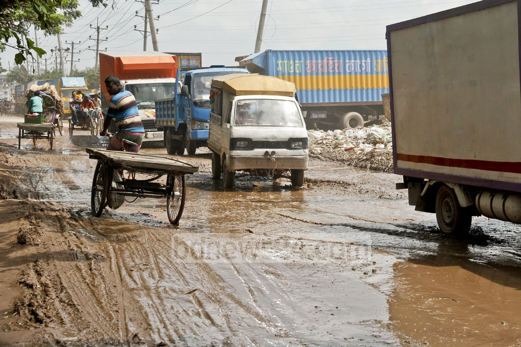 Mud and floodwaters affect travellers and vehicles on Dhaka's Sadarghat-Gabtoli road. Photo: tanvir ahammed