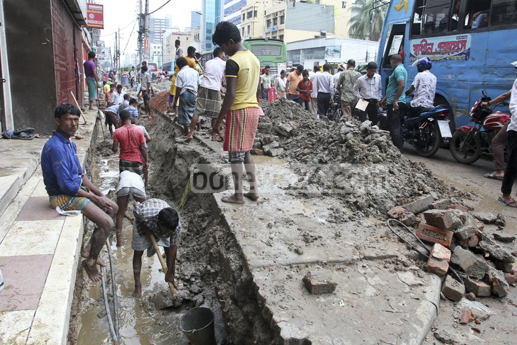 Kazi Nazrul Islam Avenue, one of the busiest thoroughfares in the capital, is apparently under a never-ending development project causing immense sufferings to pedestrians and other commuters. The photo was taken on Monday.