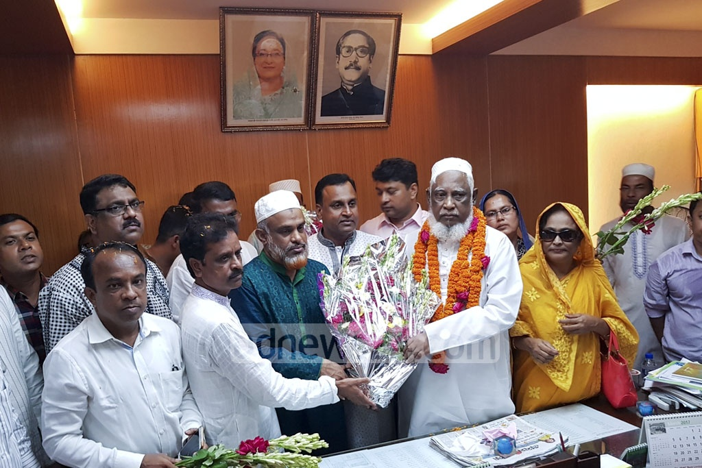 Local BNP leaders, party activists and councillors received Gazipur City Corporation Mayor MA Mannan with flowers when he returned to office on Monday after winning a writ against his suspension.