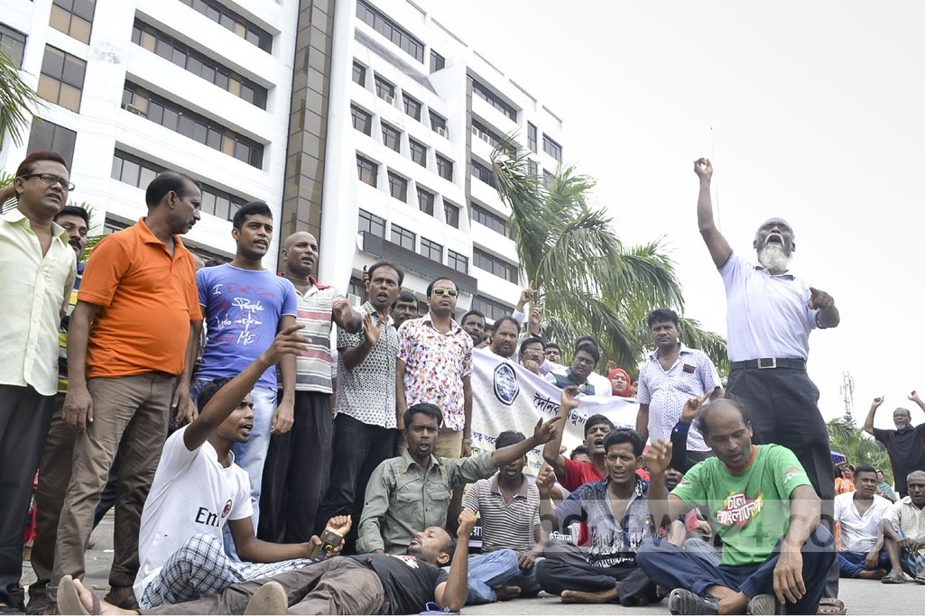 Rajshahi City Corporation workers have locked the doors to its offices for a second straight day of protests, demanding back pay and the fulfilment of 10 other demands.