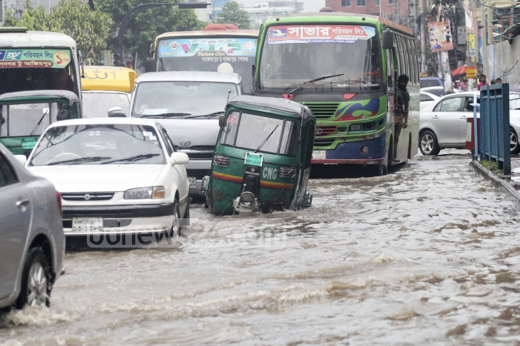 Commuting on this prominent road along the Sobhanbagh Mosque in Dhanmondi neighbourhood became tough as rainwater flooded the zone on Wednesday morning. Photo: asif mahmud ove