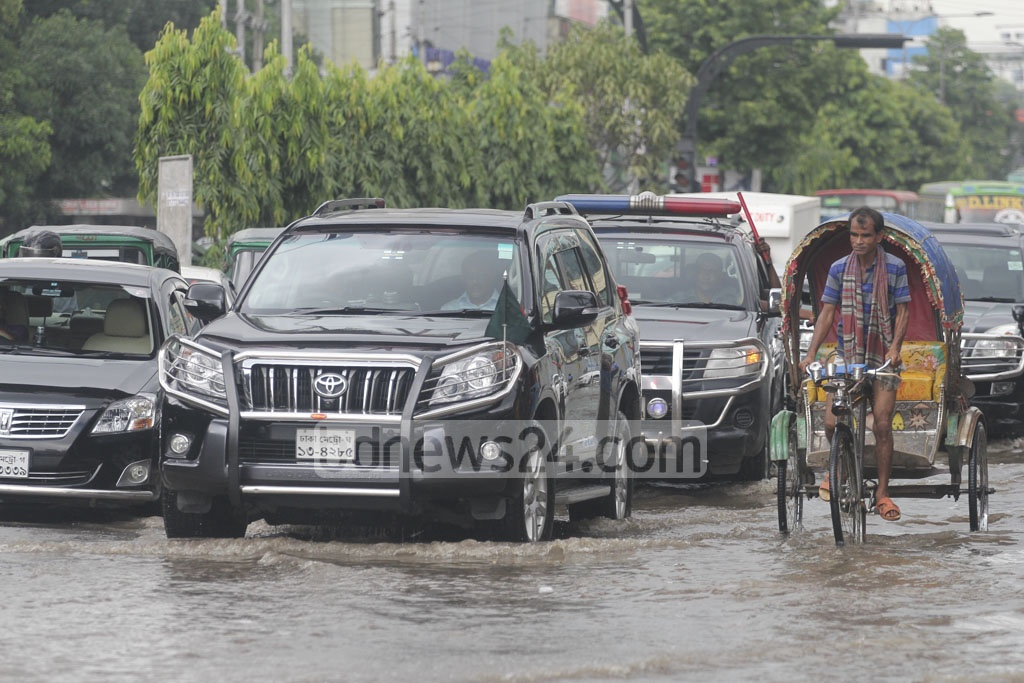 Road Transport and Bridges Minister Obaidul Quader's motorcade wades through rainwater on Mirpur Road on Wednesday morning. Photo: asif mahmud ove