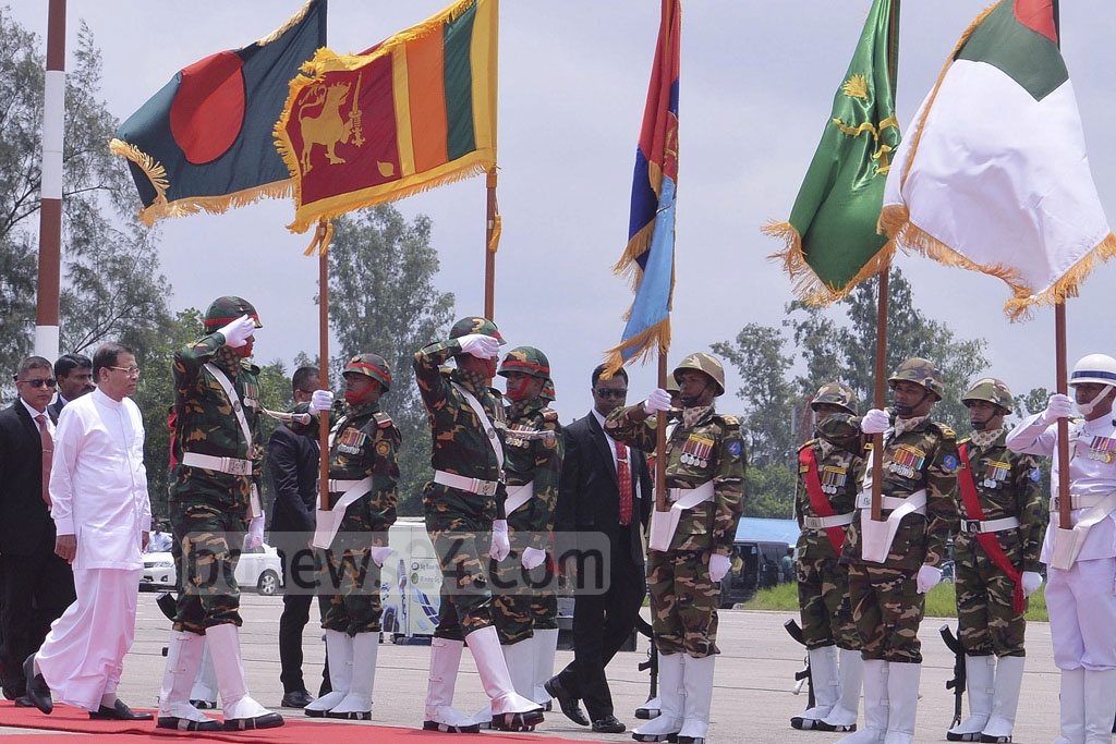 Sri Lankan President Maithripala Sirisena was given a 21-gun salute and a guard of honour by the armed forces at the Dhaka airport on Thursday. Photo: PID