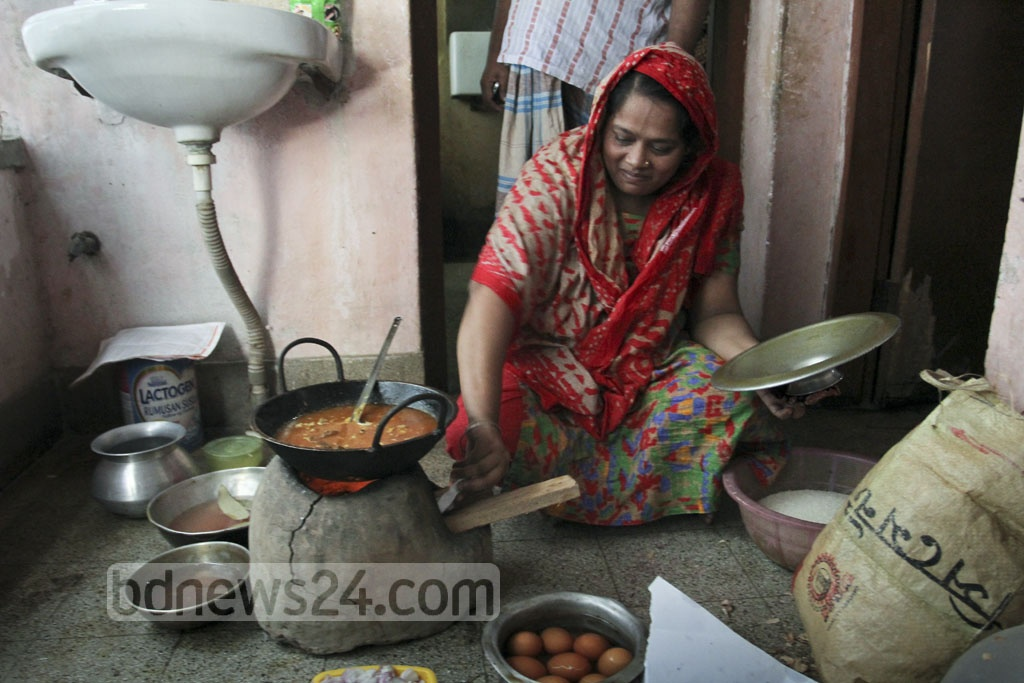 A woman cooks on a clay stove at her home in Dhaka's Kaziparha on Thursday. Gas supply to Mirpur and surrounding areas was stopped for over 15 hours due to metro rail construction. photo: asif mahmud ove