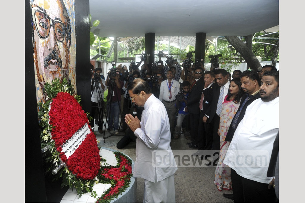 Sri Lankan President Maithripala Sirisena pays tribute by placing a wreath on the mural of founding father Sheikh Mujibur Rahman at the Bangabandhu Memorial Museum in Dhaka's Dhanmondi on Thursday. Photo: PID