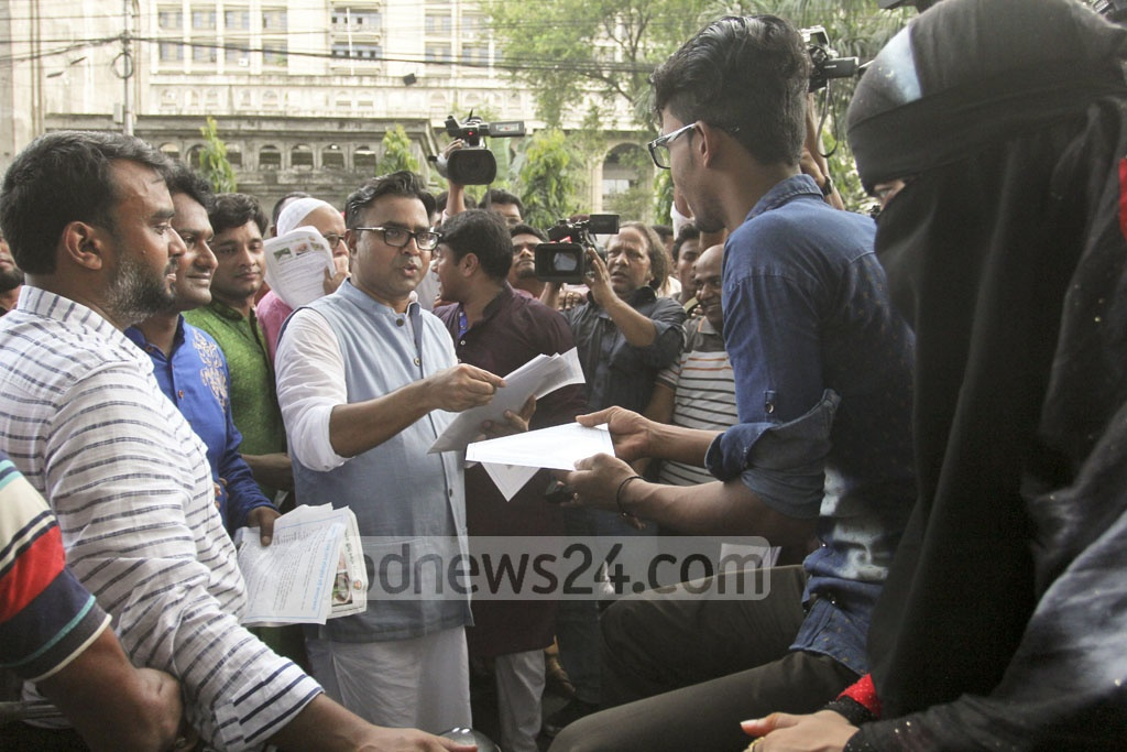 Dhaka South Mayor Sayeed Khokon distributes leaflets at Gulistan as part of an awareness campaign against chikungunya outbreak on Friday. Photo: asif mahmud ove