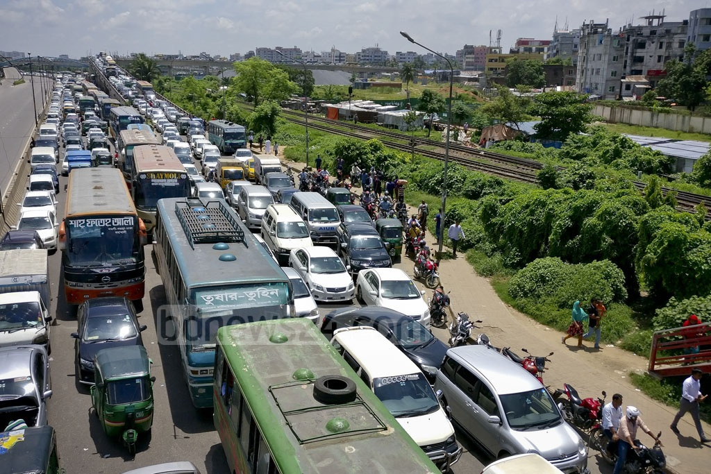 Heavy traffic on Dhaka's Kuril Biswa Road. Parts of the road had been closed on Saturday to accommodate a business meeting attended by visiting Sri Lankan President Maithripala Sirisena at the Radisson Hotel. Photo: asaduzzaman pramanik