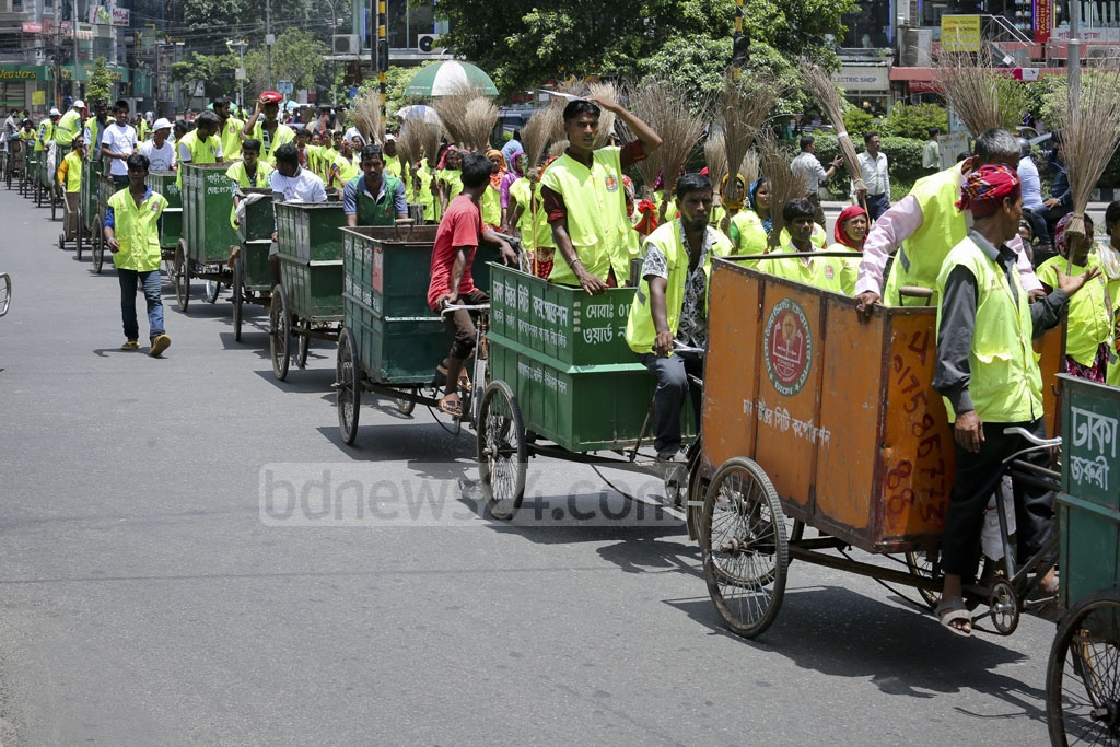 Dhaka North cleaning staff take part in a procession to raise awareness on dengue and chikungunya prevention on Saturday. Photo: asaduzzaman pramanik