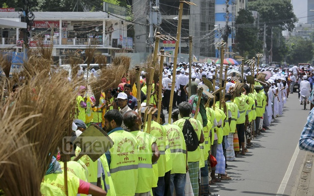 Dhaka North City Corporation workers took out a procession as part of an awareness raising campaign on dengue and chikungunya prevention in the capital's Gulshan on Saturday. Photo: asaduzzaman pramanik
