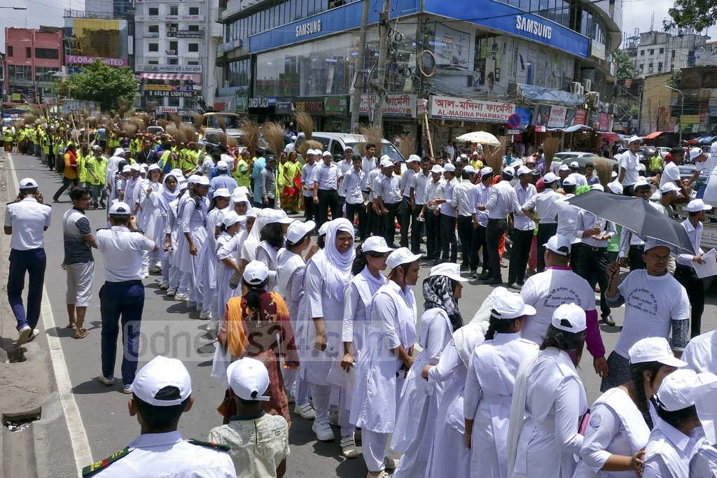 Dhaka North City Corporation cleaning staff and students from local schools participate in a procession to raise awareness on dengue and chikungunya in the capital's Gulshan on Saturday. Photo: asaduzzaman pramanik