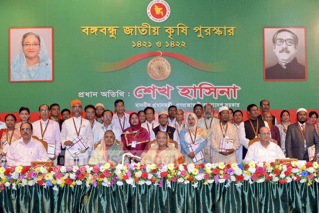 Prime Minister Sheikh Hasina poses for a group photo with the winners of Bangabandhu National Agriculture Award for the Bangla calendar years 1421 and 1422 at Osmani Memorial Auditorium on Sunday.