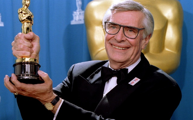 Martin Landau displays the Oscar he won for Best Supporting Actor at the 67th Annual Academy Awards in Los Angeles ,March 27, 1995. Reuters
